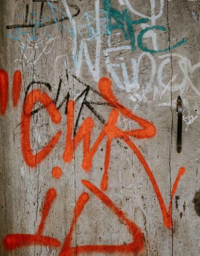 Mur betonowy, zniszczony przez graffiti.